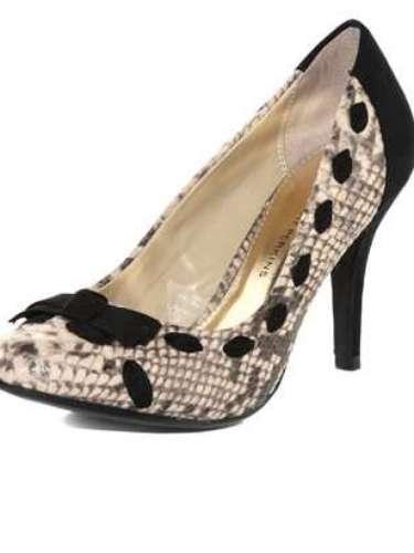 Zapatos con lazos, y apariencia de piel de víbora. Los encuentras por menos de 50 dólares en dorothyperkins.com