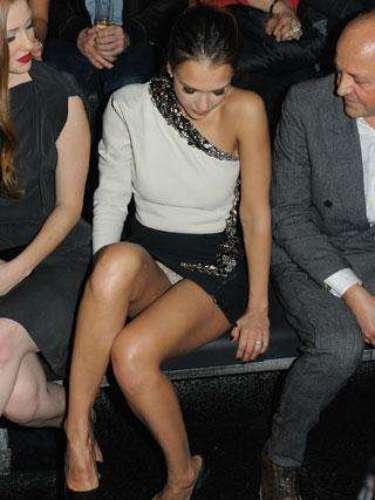 Jessica Alba, no tuvo mucho cuidado a la hora de sentarse y en un desfile mostró su ropa interior.