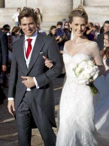 El cantante Carlos Baute y Astrid Klisans se casaron en el Monasterio de El Escorial en Madrid, rodeado de muchos amigos, en concreto unos 700 invitados. La novia visitó de Manuel Mota para Pronovias y se emocionó en la ceremonia que le unió al hombre de sus sueños.