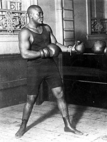 Jack Johnson; Récord oficial: 53-11-9, 34 KO; Periódicos de la época que lo vieron ganar: 14-0-3; Años en activo: 1897-1931. Títulos: Campeonato mundial de gente de color Heavyweight, Campeonato mundial Heavyweight. Fue el primer campeón afroamericano reconocida en los Estados Unidos