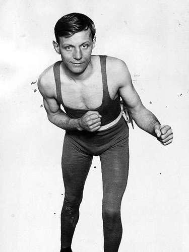 Jimmy Wilde; Récord: 132-4-1, 98 KO; Periódicos que lo vieron ganar: 7-1; Años en activo: 1919-1935; Títulos: Conquistó varios campeonatos en Europa además el World Flyweight