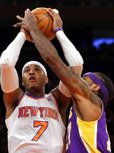 Lakers vs. Knicks: Jordan Hil intenta bloquear el disparo de Carmelo Anthony (7).