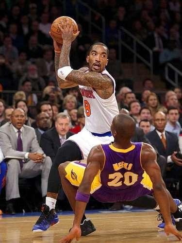 Lakers vs. Knicks: J.R. Smith (8) observa a quien pasar el balón ante la caída del defensivo Jodie Meeks (20).
