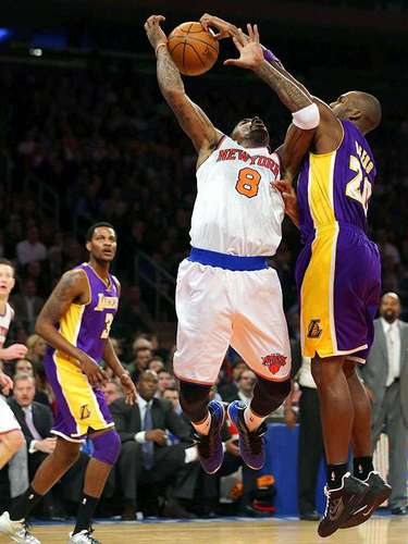 Lakers vs. Knicks: Jodie Meeks (20) intenta robarle el balón a J.R. Smith (8).