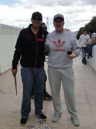 Omar Pérez y Edgar Cortes (directivo), durante el asado de despedida de año de los jugadores de Santa Fe.