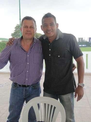 Roberto Diez (empleado administrativo de Santa Fe) junto a Wilder Medina, durante el asado de despedida de año de los jugadores de Santa Fe.