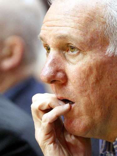 Spurs vs. Trail Blazers: El head coach Gregg Popovich ve el juego ante Portland desde la banca.