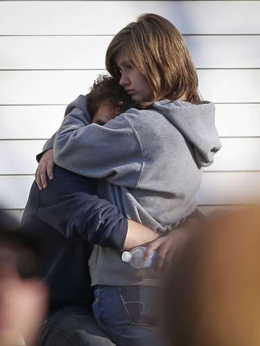 REFILE - CORRECTING TYPO A couple embrace each other near Sandy Hook Elementary School, where a gunman opened fire on school children and staff in Newtown, Connecticut on December 14, 2012. A heavily armed gunman opened fire on school children and staff at a Connecticut elementary school on Friday, killing at least 26 people, including 18 children, in the latest in a series of shooting rampages that have tormented the United States this year. REUTERS/Adrees Latif (UNITED STATES - Tags: CRIME LAW EDUCATION)