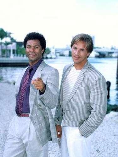 Miami Vice. Drama policiaco que da una mirada al mundo criminal de una Miami que crece durante los años setenta.