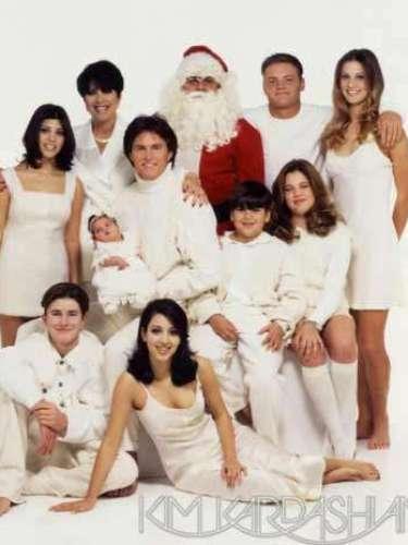 Esta foto de mediados de la década de los 90 trae recuerdos del año de vida de Kendall, la penúltima de la familia. En ella la pequeña bebé hizo su debut en esta tarjeta de Navidad rodeada de la familia, Papá Noel y Brandon, Casey y Burt Jenner (hijos de los matrimonios anteriores de Bruce), además de sus hermanos Kourtney, Kim, Khloe y Rob.