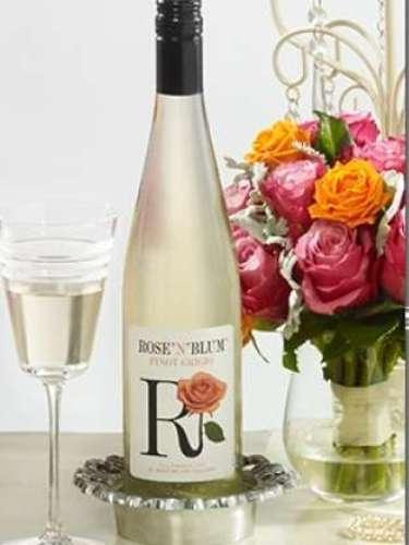 ROSE N' BLUM PINOT GRIGIO: Ligero, elegante y divertido, el Rose N Blum Pinot Grigio abre con aromas de duraznos blancos, melón dulce y crema de naranja. Los sabores son amplios y jugosos, con una mezcla delicada de nectarina dulce y pera seguido de un largo acabado de melocotón. Notas minerales y dulces, agregan los toques perfectos a este divino y delicioso vino. Una forma perfecta de celebrar los pequeños placeres de la vida.