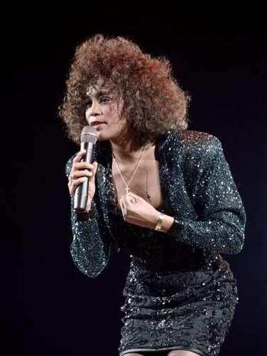 WHITNEY HOUSTON  El 11 de febrero del 2012, el mundo quedó en shock al enterarse de que la cantante de 48 años, había fallecido ahogada en la bañera de un hotel, tras haber tomado drogas de prescripción. Lacontroversial vida de Houston fue homenajeada durante meses y meses.