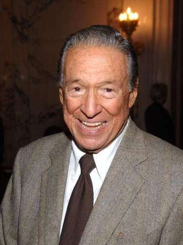 MIKE WALLACE  Con más de 20 Emmys ganados, este reportero de noticia dura, y conductor del famoso show 60 Minutes, murió a los 93 años de edad.