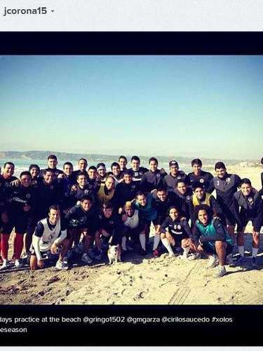 El futbolista estadounidense de los Xolos, Joe Corona, compartió una foto de él con todo el equipo en su práctica playera de pretemporada.
