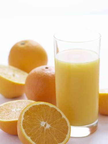 Cambia el chocolate caliente de la tarde por un jugo de frutas, lo que reducirá el consumo de 23g de grasa.