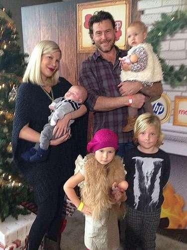 La familia Spelling - McDermott en pleno: Tory, su esposo y los cuatro bellos hijos posan frente al arbolito navideño.