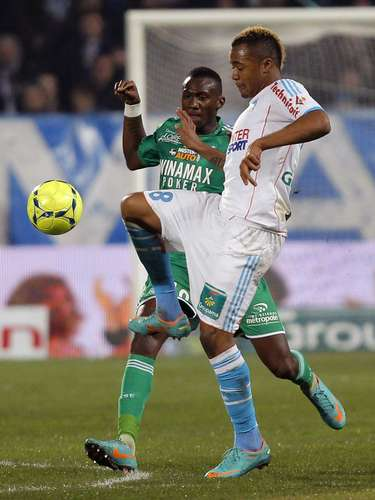 Olympique Marseille's Jordan Ayew (R) challenges Saint Etienne's Josuha Guilavogui during their French Ligue 1 soccer match at the Velodrome stadium in Marseille, December 23, 2012.