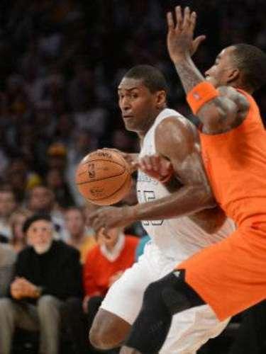 Metta World Peace sumó otros 20 tantos y siete rebotes además de cubrir a Carmelo Anthony, que encabezó la lista de anotadores de los Knicks con 34 puntos.