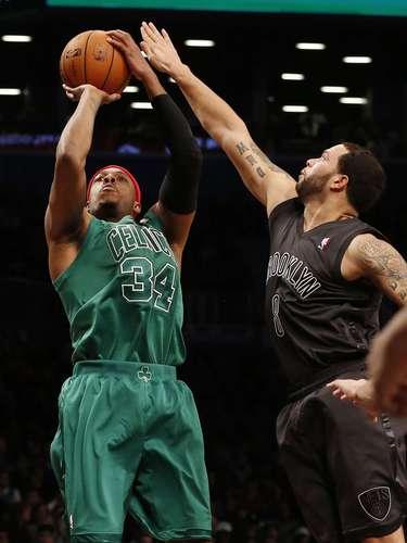 Los Celtics concluyeron el partido con un 49 % de acierto en los tiros de campo (38-77), el 60 % en triples (6-10) y el 85 % en tiros desde la personal (11-13), en comparación con el 41 % (26-54), 35 % (7-20) y 59 % (17-29), respectivamente, de los Nets, que tampoco dominaron en el juego bajo los aros con sólo 36 rebotes por 41 del equipo de Boston.