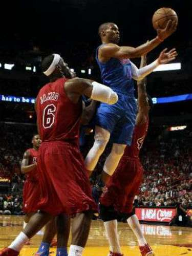 El Heat pasó por apuros en su casa, pero finalmente pudo derrotar al rival que enfrentó en las pasadas finales de la NBA.