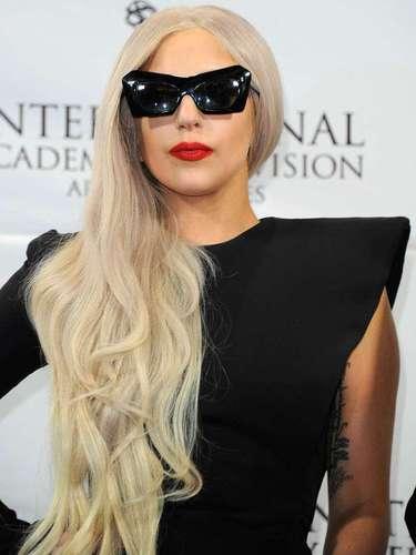 Lady Gaga decidió abrir su propia fundación Born This Way con 1.2 millones de dólares. La organización promueve mensajes en contra del bullying y la aceptación a la comunidad lésbica-gay.