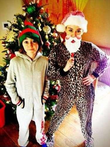 Miley Cyrus y su hermanita se divierten en Navidad