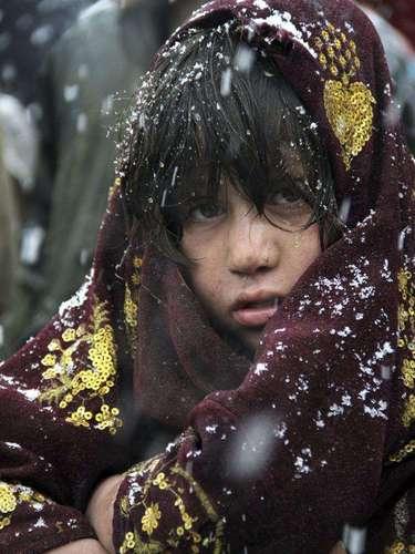 Una niña desplazada afgana espera su turno para recibir prendas de abrigo distribuidas por el Alto Comisionado de la ONU para los Refugiados (ACNUR), en las afueras de Kabul.