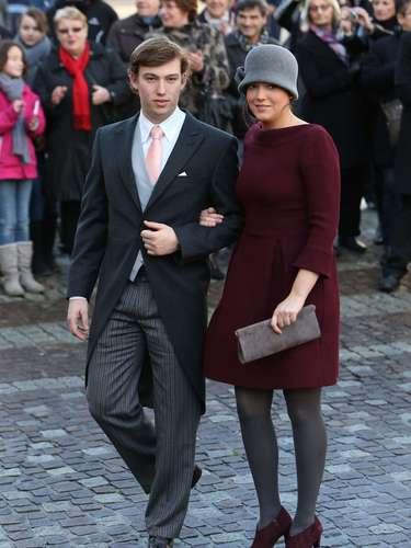 La princesa Alexandra, en burdeos y con un original casquete, junto a su hermano, el príncipe Sebastián de Luxemburgo.