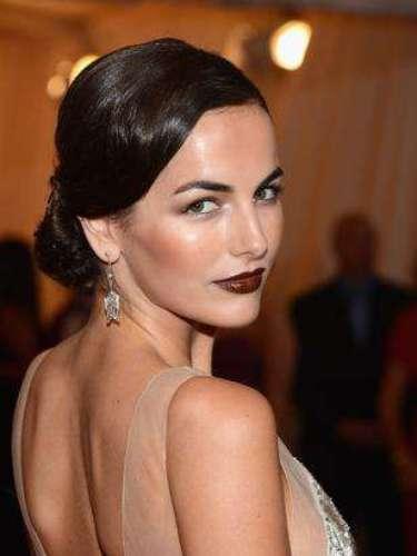 Labiales oscuros: Sin aprobar la tendencia, la publicación apuesta que los labiales oscuros irán a aparecer bastante en la próxima temporada. En la foto, Camilla Belle muestra que adhirió la tendencia.