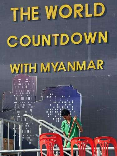 Cerca de 50 mil personas esperan en la pagoda de Shwedagon, será la primera celebración con fuegos artificiales Myanmar, lo que demuestra el proceso de apertura del país después de décadas bajo el gobierno de una junta militar.
