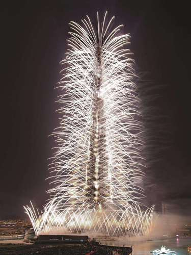 La torre más alta del mundo, el edificio Burj Dubai, en los Emiratos Árabes Unidos se cubrió de luces multicolor con motivo de los festejo de Año Nuevo. Los 828 metros que posee la torre fueron captados por prensa internacional y turistas en distintos momentos en que los fuegos artificiales brindaban un espectáculo inigualable. Los 200 pisos de la torre parecían danzar al ritmo de la Orquesta filarmónica de Praga que tocaba de fondo