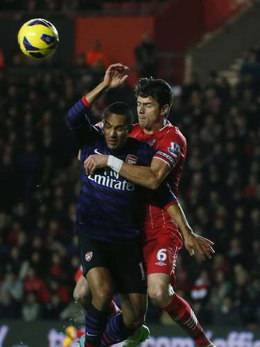 Southampton's Jose Fonte (R) challenges Arsenal's Theo Walcott. REUTERS/Eddie Keogh