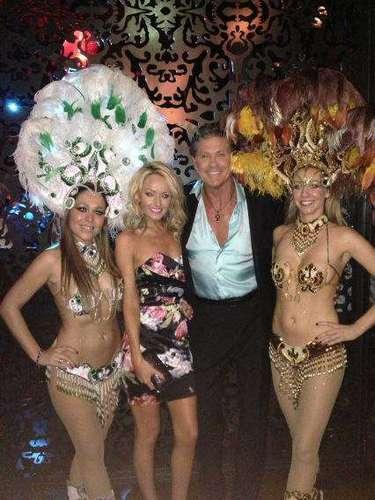 'Happy New year at revolution de Cuba' posteó David Hasselhoff en su cuenta de twitter, junto con esta foto en la que se lo ve muy bien acompañado.