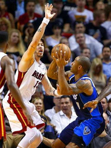 Mavericks vs. Heat: Mike Miller (43) intenta bloquear el disparo de Dahntay Jones (30).