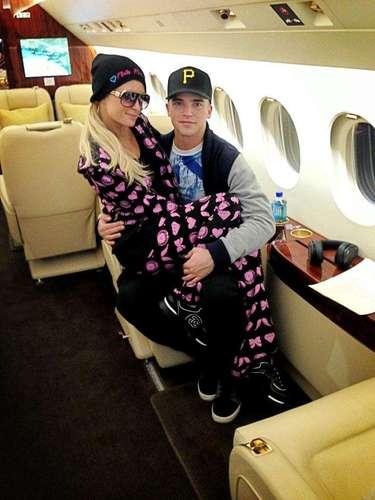 Paris Hilton en su avión privado junto a su novio, elmodelo River Viiperi, quienes se dirigían a Miami.