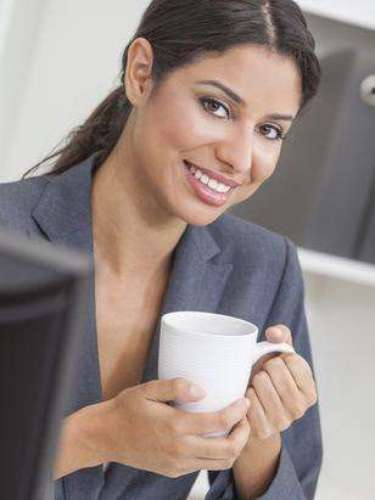Rehidrátate: no te olvides de consumir alguna bebida reenergizante (como un café o té) en medio de la tarde. El hábito ayuda a que tu organismo se mantenga hidratado y también es una manera de prolongar la sensación de bienestar adquirida en la pausa para el almuerzo.