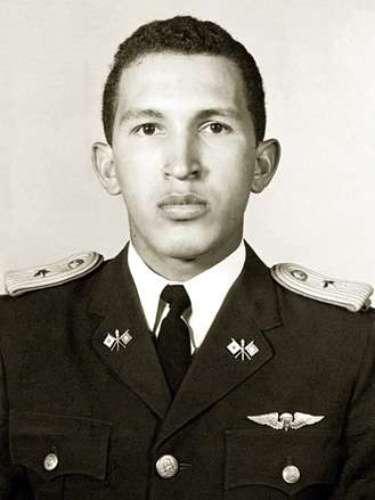 Muy bien arreglado, Chavez posa para una fotografía prevía a su graduación de la Academia Militar en 1975.