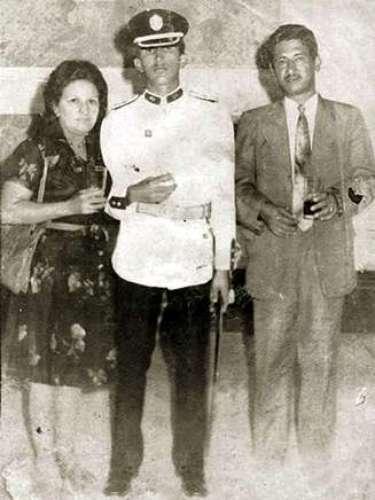 Junto a su madre Elena Frías y su padreHugo de los Reyes Chavez, tras la ceremonia de graducación de la Academia Militar.