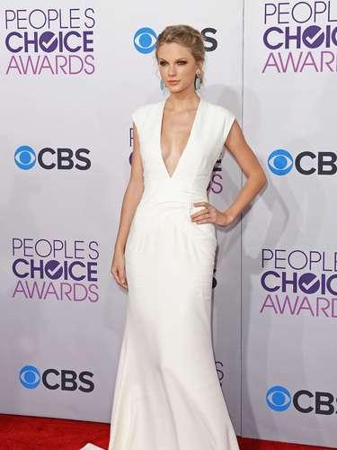 Taylor Swift jamás desacierta en su vestuario. Nunca. En esta oportunidad ella llegó enfundada en un impecable vestido blanco, con escote en 'v', perfectamente cortado y confeccionado.