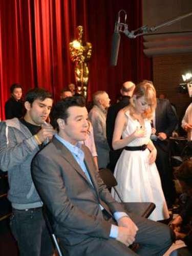 Los presentadores de los nominados,Seth MacFarlane yEmma Stone se preparan para entrar en vivo.