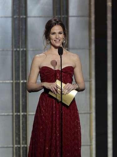 Y como Affleck no llevaba discurso preparado, se le olvidó agradecerle al productor de Argo, George Cloney. Así que cuando su esposa, Jennfer Garner anunció una categoría, aprovechó para agradecer a Clooney.