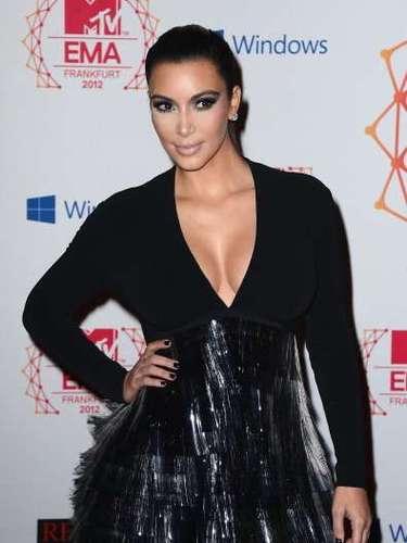 Kim Kardashian es la reina de los escotes,no hay prenda con la que no los luzca e incluso cuando no los lleva luce algo incómoda.