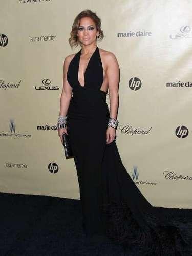Jennifer Lopez acertó con este diseño en negro y sexy escote tipo halter.