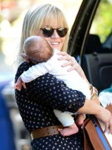 Ava y Deacon recibieron a su hermanito, Tennessee James el 27 de septiembre. Este es el primer hijo de Reese Witherspoon y su esposo de casi dos años, Jim Toth.