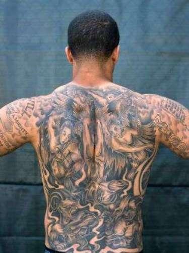 En la espalda se tatuó un mural que muestra fuerzas opuestas, el bien y el mal. En la parte superior se distinguen ángeles, mientras que en la inferior hay un grupo de demonios.
