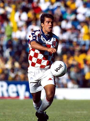 En la temporada 1998-99 militó en los Tecos y posteriormente pasó al América.