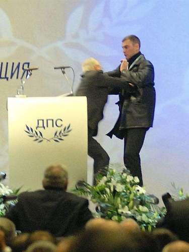 Dogan resultó ileso y se revolvió contra el asaltante.