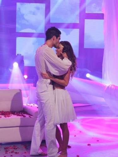 Los participantes de Esto es Guerra, Melissa Loza y Guty Carrera, protagonizaron un sensual baile que sellaron con un beso luego de las especulaciones de un supuesto romance entre ambos.