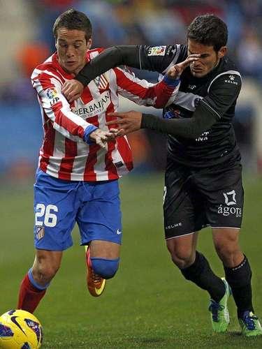 El defensa del Atlético Madrid Javi Manquillo (i) pelea un balón con el centrocampistra del Levante Rubén García, durante el partido de la vigésima jornada de la liga disputado esta tarde en el estadio Vicente Calderón
