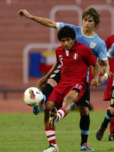 Edison Flores y Guillermo Varela tuvieron una dura batalla por la posesión del balón
